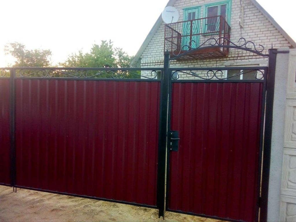 ворота с калиткой из профлиста с элементами ковки - от 850 рублей